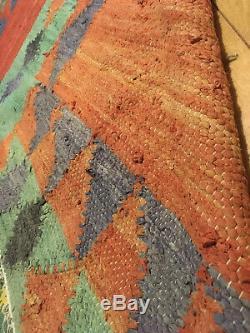 Tapis fait main motifs géométriques. Orient. Vintage
